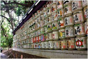 Barriles de sake en ofrenda en el Santuario Meiji (Tokyo)
