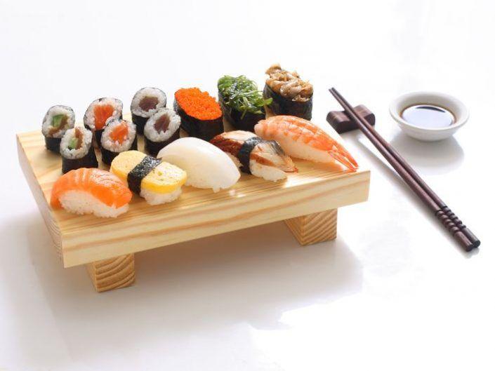 sushi-servido-en-madera